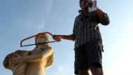 La statua dell'Arcuri fa ingelosire le mogli dei pescatori
