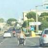 Disabile in sedia a rotelle sulla Pontina