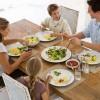 Cenare in famiglia aiuta gli adolescenti