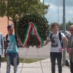la deposizione della corona dell Istituto Rosselli di Aprilia il 28 maggio 2014