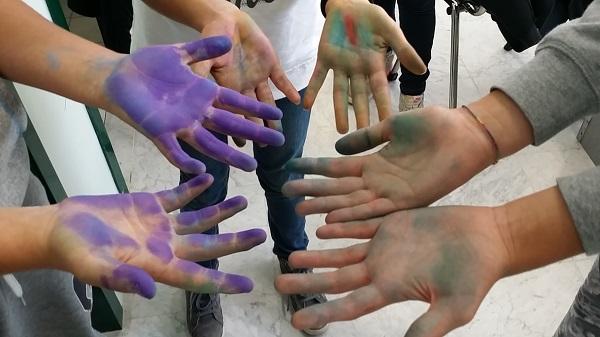 Mani di bambini che giocano, imparano e fanno esperienza