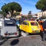 Piazza Roma; tra macchine d'epoca e bambini in maschera