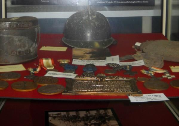 elmetto, gavetta e borraccia del milite della grande guerra e le medaglie al valor militare del bersagliere Giuseppe Bonacini