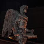 La statua di San Michele illuminata di verde nella Giornata Mondiale del Nanismo