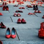 Scarpe rosse per dire NO alla violenza sulle donne
