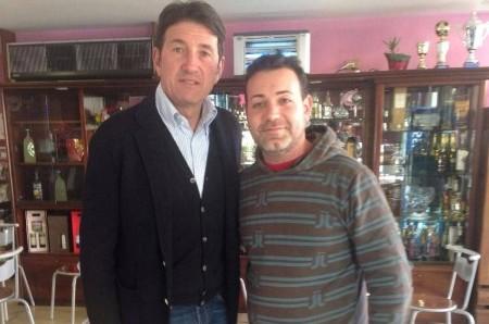 Giovanni Galli con il proprietario del bar