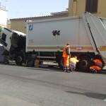 Guasto meccanico: incidente con un camion dei rifiuti