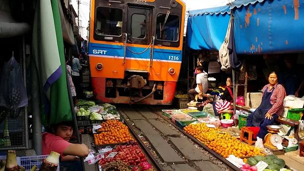 maeklong-railway-market
