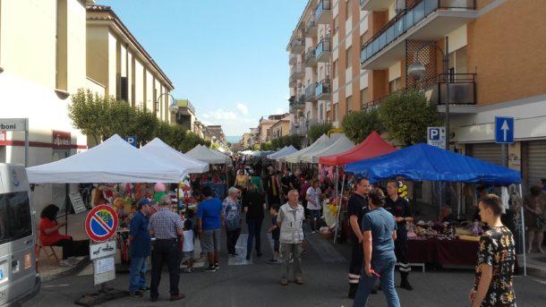 Torna il mercatino in piazza roma news di aprilia in for Il mercatino roma