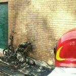 In fiamme un motorino a Campoleone: causa ignota