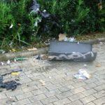 Fanno scoppiare con un petardo il cestino dei rifiuti. L'intervento dei Grillini