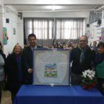 L'assessore Marchitti riceve un dono dai bambini dell'Istituto Gramsci