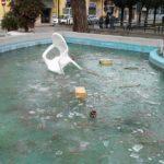 Pezzi di legno ed una sedia. Sporcata ancora una volta la fontana di Piazza Roma