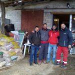 Piccolo gruppo di volontari uniti per aiutare le popolazioni in difficoltà