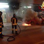 Auto in fiamme in Via degli Aranci