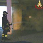 Incendio all'alba davanti ad un negozio, cause da chiarire