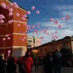 Palloncini rosa nel cielo di Aprilia per ricordare le vittime del tumore al seno
