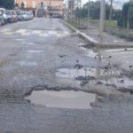 Strade disastrate a causa della pioggia. In Via Inghilterra auto danneggiate