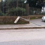 Guidatore sconsiderato abbatte un palo su Via Peschiera