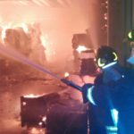 Incendio in un deposito di carta a Pomezia, ONA in preallarme