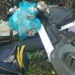 Via Apriliana, incivili scaricano immondizia lungo la strada