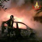 Due auto a fuoco nella notte: paura in Via Apriliana