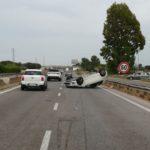 Auto ribaltata sulla Pontina, lievemente ferito il conducente