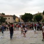 Piazza Roma diventa un mare di barchette di carta nella Giornata Mondiale dei Rifugiati