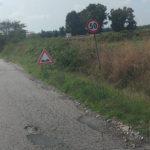 Buche e cedimenti su via dei Giardini, la strada necessita di manutenzione