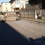 Auto ribaltata in Via Traiano, una persona ferita