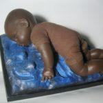 """""""Il cammino della speranza nel bimbo morto""""diventa una scultura di Guadagnuolo"""
