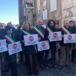 Emergenza rifiuti a Roma, tensioni in Consiglio e contestazioni a Virginia Raggi