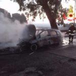 L'auto va improvvisamente a fuoco con quattro a bordo. Paura a Cori