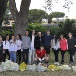 """I giovani di """"Iniziamo da Me"""" proseguono la pulizia delle aree verdi."""
