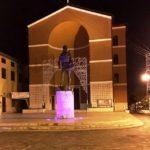 """La statua di San Michele torna ad illuminarsi per l'""""Ottobre Rosa""""."""