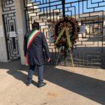 Aprilia: una corona di fiori al Cimitero per rendere omaggio ai cittadini defunti.