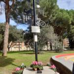 """Aprilia: una targa per Vittorio Casoni al Parco """"Falcone e Borsellino""""."""