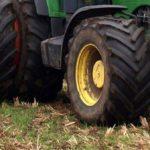 Cisterna, gli impediscono di salire sul trattore: parenti aggrediti con una vanga.